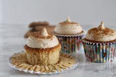 Disse cupcakes, smager helt sikkert af mere! Derfor syntes jeg ikke I skal snydes for opskriften på en blød, lækker og cremet Bastogne cupcake.