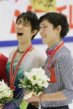 NHK杯フィギュアのメダルを手に笑顔を見せる羽生結弦(左)と田中刑事(右)=札幌市