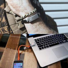 Si a tu teléfono se le está agotando la batería en la oficina o en alguna reunión puedes cargarlo fácilmente con un USB que no ocupa espacio y que puedes llevarlo como un sofisticado brazalete.