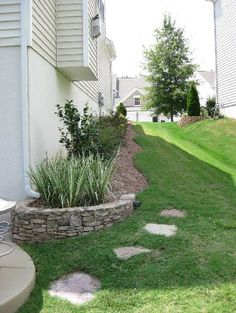 Design of Side Of House Landscaping Ideas Build A Garden Landscaping Ideas For S. Design of Side Of House Landscaping Ideas Build A Garden Landscaping Ideas For Side Of House Side Yard Landscaping, Landscaping Around House, Farmhouse Landscaping, Home Landscaping, Landscaping With Rocks, Natural Landscaping, Florida Landscaping, Sloped Front Yard, Front Yards