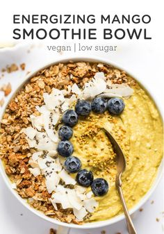 This energizing Mango Smoothie Bowl recipe is vegan and made with fruits, veggies and superfoods to give you fiber, vitamins and a natural healthy boost of energy at breakfast time! Easy to make! Healthy Breakfast Smoothies, Vegan Smoothies, Smoothie Recipes, Banana Recipes, Healthy Breakfasts, Fruit Recipes, Smoothies Banane, Smoothie Fruit, Smothie Bowl