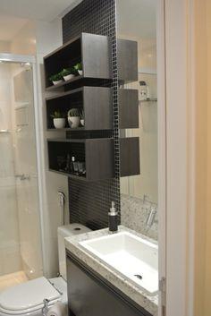 banheiro - trocaria a madeira escura por outro tom mais claro.
