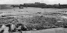 Plage Napoléon à Cherbourg.   Vue réalisée aprés la reddition des Allemands, le 27 juin 1944.   Le mur antichar n'est pas encore détruit.   Sur le flanc l'épave échoué sur bâbord du cargo Le Normand.   En zoomant on peut voir 3 fois sur le mur les inscriptions suivantes :   BETRETEN VERBOTEN   ENTREE INTERDITE