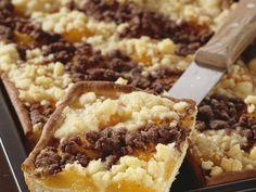 Streifen stehen nicht nur Zebras gut... Aprikosen-Blechkuchen mit Rumstreuseln - smarter - Zeit: 1 Std.  | eatsmarter.de