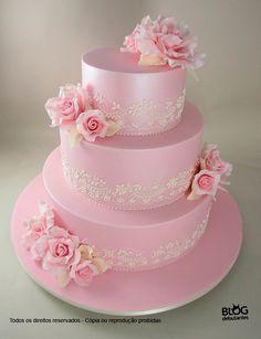 Bolo rosa de 3 camadas decorados com renda branca e flores