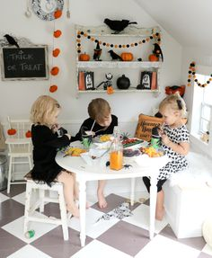 Tiny Little Pads: CELEBRATING A PRE-HALLOWEEN PARTY for your kids. Kids Halloween Party. Playhouse Party. #halloween #kidshalloween www.tinylittlepads.com