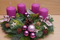 Adventní svícen * fialově zelená dekorace Purple Christmas, Winter Christmas, Christmas Time, Church Christmas Decorations, Christmas Wreaths, Holiday Decor, Table Violet, Ideas Decoracion Navidad, Table Rose