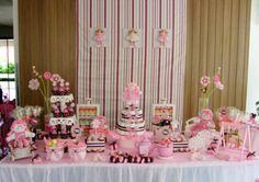 Bonecas de pano e um cenário totalmente cor-de-rosa foram os elementos de destaque nesta decoração de chá de bebê, produzido por Vivi Morais (http://vivimoraisconvitespersonalizados.blogspot.com.br). Poás estavam presentes nas embalagens de cupcakes, laços de fita e na porcelana