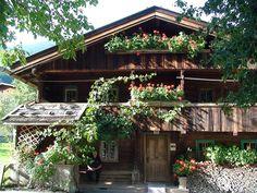 Nostalgisch, geschichtsträchtig und mit jeder Menge Tradition – das alte Bauernhaus Strasser Häusl lockt jährlich tausende Besucher nach Hippach.