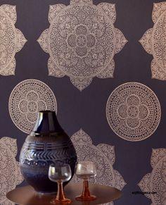Behangcollectie Lounge van Eijffinger. Neem met Lounge een koffer vol met dromen mee naar huis. Inspiratie uit alle windstreken, vertaald in luxe dessins. Delicate poëzie met een krachtig contrast. Dromerige bloemen van glasparels, een glanzend mandela motief, verfijnde druppels in een prachtig materiaalcontrast. #behang  #wallpaper #interior #interieur #wonen #inspiratie Decor, Wall Wallpaper, Interior Decorating, Ceiling Lights, Wallpaper, Ceiling, Home Decor, Light, Lounge