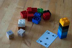Torens bouwen Dit spel kun je spelen met dobbelstenen of speelkaarten. Maak van een houten blokje een dobbelsteen met 3 + en 3 -. De eerste speler begint, en gooit met de +/- dobbelsteen en trekt een speelkaart of gooit met een gewone dobbelsteen. Bij + en 3 stippen, mag je 3 blokjes pakken en er een toren mee bouwen. Bij – moeten er juist blokjes ingeleverd worden. Bij elke volgende beurt wordt de toren dus hoger of lager!