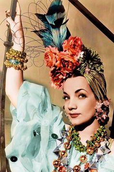 Que nuestras vidas siempre sean en Technicolor, como esta foto de Carmen Miranda (¡Y con ritmos brasileños incluidos!)