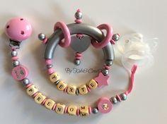 Attache sucette,attache tetine et hochet personnalisés au nom de bébé. Modèle argent et rose. Perles en bois de haute qualité. Plus de modèles sur www.kidsandcrea.com