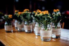 Casamento a praia:potinhos de vidro com flor