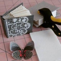 Começando a produção de minis! #minibook #encadernaçãomanual #bookart #bookbinding #creativeartbook #creativeartscrap #livroartesanal