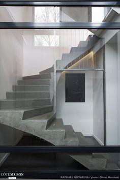 Un escalier en béton avec une verrière, un bon mélange industriel.