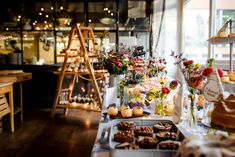 Industrial-Style trifft auf Wiesenblume | | Backlinse Table Settings, Industrial, Table Decorations, Furniture, Home Decor, Meadow Flowers, Marriage Anniversary, Wedding Cakes, Ideas