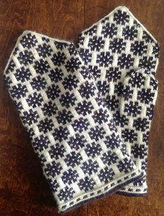 Ravelry: Vidzeme, Prauliena, p 94 pattern by Maruta Grasmane Knitting Stitches, Knitting Designs, Hand Knitting, Knitting Patterns, Mittens Pattern, Knit Mittens, Knitted Gloves, Wrist Warmers, Hand Warmers