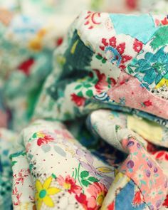Sew a patchwork quilt Old Quilts, Antique Quilts, Vintage Quilts, Vintage Fabrics, Shabby Chic Vintage, Vintage Love, Vintage Colors, Vintage Beauty, Art Du Fil