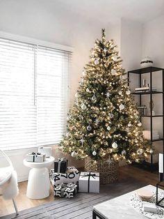 Tall Christmas Trees, Scandinavian Christmas Decorations, Scandi Christmas, Christmas Living Rooms, Minimalist Christmas, Christmas Tree Design, Handmade Christmas Decorations, Natural Christmas, Christmas Mantels