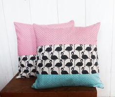 Housse de coussin 40 x 40 cm patchwork de 3 tissus motifs FLAMANTS Noirs et lin et écailles roses et vert menthe : Textiles et tapis par zig-et-zag