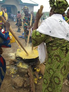 Women prepare fufu with yellow cassava in Oyo State (Photo by: Y.  Islam/HarvestPlus)