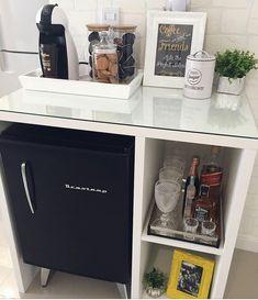 coffee corner Cantinho do caf: 50 espaos p - coffee Coffee Bar Home, Home Coffee Stations, Coffee Corner, Canto Bar, Mini Bar, Lash Room, Home Salon, Salon Design, Beauty Room