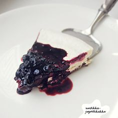 """Blueberry yoghurt """"raw""""cake (because of yoghurt this is not entirely raw) Raw Desserts, No Bake Desserts, Dairy Free Baking, Good Bakery, Purple Food, Raw Cake, Salty Foods, Vegan Cheesecake, Easy Meals"""