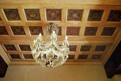Controsoffitto in abete antico a riquadri e formelle decorate in stile e con motivi della prima parte dell'800.