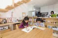 対面式キッチにより、子どもたちの様子を見ながら安心して家事ができる。