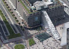 """Op weg naar boven op het Groot Handels Gebouw via De Trap, een gigantische steigertrap ter ere van de manifestatie """"Rotterdam viert de stad""""."""