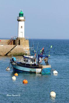 Belle-Ile-en-mer, localizada na costa da Bretanha, departamento de Morbihan, Franca. Pode--se ver o Farol de Goulphar. Fotografia: Alain H no Sport Fishing Boats, Brittany France, Costa, Seaside Beach, Tug Boats, Sailing, Beautiful Places, Around The Worlds, Lighthouses