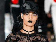 So schminkt man schwarzen Lippenstift