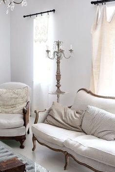 French-style minimalism telas claras y maderas oscuras