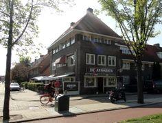 Halte 18 - Betondorp - Eetcafé De Avonden eert een beroemde inwoner.