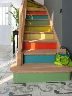 Escalier rénové aux contremarches peintes