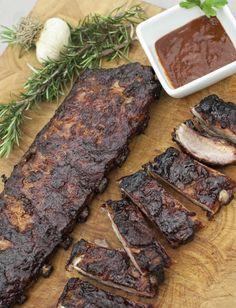 #Ricetta2 RIBS. Cosa serve: barbecue a carbonella. Ingredienti: costine di maiale, senape, salsa barbecue, paprika dolce e forte, aglio e cipolla in polvere, zucchero di canna, pepe nero e pepe bianco macinato. Realizzate il rub con tutte le spezie. Preparate il barbecue per una cottura lunga indiretta, a 110°C. Togliete il grasso dalle costine, massaggiatele con la senape e ricoprite con il rub. Cuocete per 3-4 ore poi spennellate la salsa barbecue da entrambi i lati e lasciate caramellare.