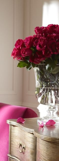 Raspberry cottage accents. Via @elroci. #homedecor #pretty