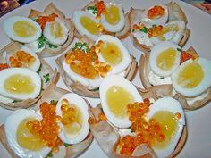 Wachteleier mit Crème fraîche und Forellenkaviar im Filoteigkörbchen, ein gutes Rezept aus der Kategorie Snacks und kleine Gerichte. Bewertungen: 23. Durchschnitt: Ø 4,5.