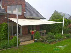 Sonnensegel in manuell aufrollbar über einer Terrasse - als großflächiger Regen- und Sonnenschutz.