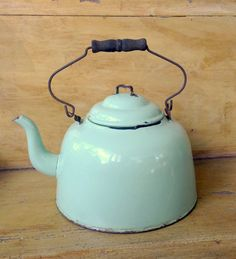 Large Green Enamel Tea Kettle Farmhouse Vintage Enamelware Gooseneck Spout Graniteware on Etsy, Sold Mehr Vintage Farmhouse, Vintage Kitchen, Farmhouse Style, Vintage Decor, Vintage Antiques, Vintage Interiors, Vintage Enamelware, Deco Retro, My Tea