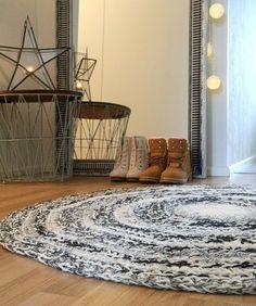 Villainen matto + ohje Rugs, Home Decor, Farmhouse Rugs, Decoration Home, Room Decor, Home Interior Design, Rug, Home Decoration, Interior Design