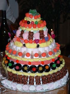 Construction d'un gâteau de bonbons pour un anniversaire