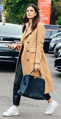 Un abrigo beige ó camel es sinónimo de lujo y elegancia, combínalo con tus tenis preferidos.