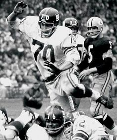 Sam Huff / On October 7, 1956 in a game against the Chicago Cardinals, Huff was put into his first professional game. He then helped the Giants win five consecutive games and they finished with a 8–3–1 record, which gave them the Eastern Conference title. New York went on to win the 1956 NFL Championship Game and Huff became the first rookie middle linebacker to start an NFL championship game.  HOF 1982.