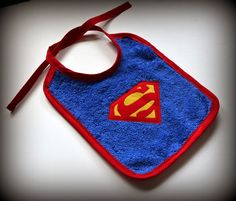 Aprende a hacer un babero de Superman muy fácil | Aprender manualidades es facilisimo.com Sewing To Sell, Sewing For Kids, Baby Sewing, Bebe Baby, Baby Boy, Baby Bibs Patterns, Superman, Bandana Bib, Binky