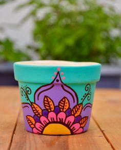 Macetas hechas a mano Flower Pot Art, Flower Pot Design, Painted Plant Pots, Painted Flower Pots, Pots D'argile, Clay Pots, Clay Pot Crafts, Diy Crafts, Decorated Flower Pots