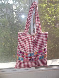 Bolsas Bodado Español no.6 Chicken Scratch Patterns, Chicken Scratch Embroidery, Beaded Embroidery, Hand Embroidery, Gingham Fabric, Patchwork Bags, Simple Bags, Purse Patterns, Sewing Projects For Beginners