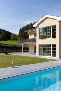 Diese Villa von HARTL HAUS hat nicht nur einen großzügigen Grundriss, sondern auch einen Pool. Villa, Style At Home, Mansions, House Styles, Classic, Outdoor Decor, Home Decor, Houses With Pools, Summer Time