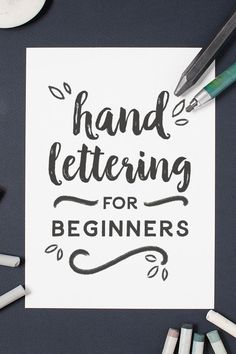 Everything you need to know about hand lettering: materials, process and tutorials. - Everything you need to know about hand lettering: materials, process and tutorials. Everything you need to know about hand lettering: materials, process and tutorials. Hand Lettering For Beginners, Hand Lettering Tutorial, Calligraphy For Beginners, Hand Lettering Practice, Hand Lettering Fonts Free, Decorative Lettering, Typography Tutorial, Handwritten Fonts, Calligraphy Letters